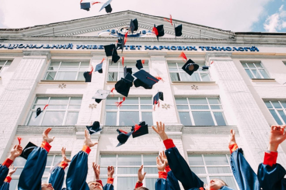【アパレル業界と学歴の関係】高卒でも就職できる?大卒 はもったいない?